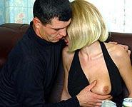 Mère et fils en baise noire dans la cuisine