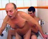vieux papa baisé par son propre fils