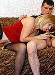 Mère blonde en bas noirs se propage et suce la bite de son fils