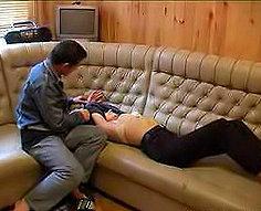 Le petit garçon s'en sort avec sa maman séduisante
