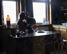Horny papa et sa fille adolescente s'amusent dans la cuisine
