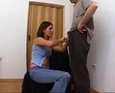 Papa obtient une fellation génial de sa fille, lui lèche la chatte et la frappe