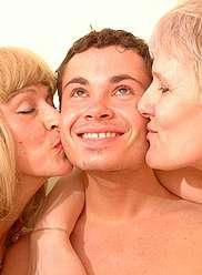 Chiennes matures en dick durcissant l'action d'inceste trio