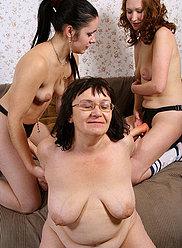Chubby mère et deux ses filles dans un fuckfest strapon