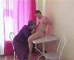 Le baiser de la mère se transforme en une orgie sauvage dans la cuisine