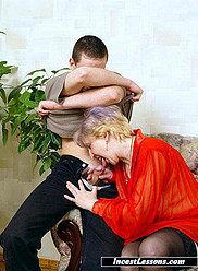 Mère en bas noirs fait une fellation pour son jeune fils de la bière-potable