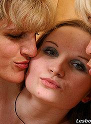Chick baisée par la mère dodue et la tante