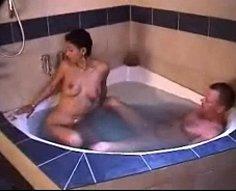 Dreamboat brunette pénètre dans un bain à remous pour profiter de l'inceste baise là-bas