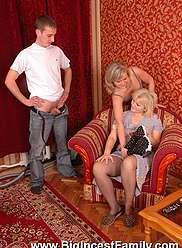 Frère et soeur visitent mamie se retrouvant dans une action sale