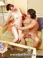 Busty et svelte maman en robe rouge saute sur Pecker cousin