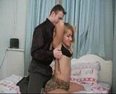 Petite blondie teenage jouit de sexe torride chaud avec son frère aîné musclé