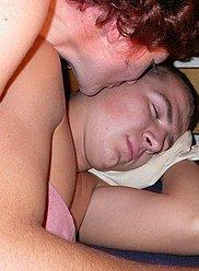 Photos pornographiques exposant une mère et son fils adolescent