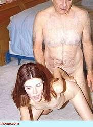 Vieux grand-père séduit sa fille à baiser