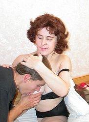 Maman mature à queue de cochon aide son fils à mettre un préservatif et monte sa bite
