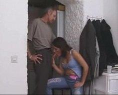 Horny papa et sa citrouille adolescente encore plus excitée lâchent leurs désirs interdits