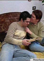 Une femme dodue suce la bite de son propre fils