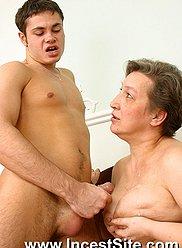 Granny Smutty a donné quelques leçons de sexe à son petit-fils branlant