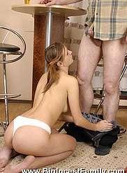 Fille taquine son père avec un strip-tease et se fait claquer