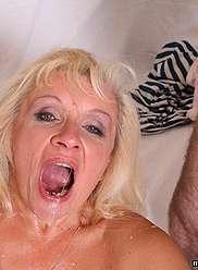 Mère blonde excitée baisée très fort par son fils adulte