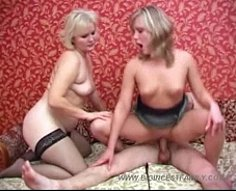 Deux blondes cornées avec un énorme écart d'âge partageant la bite raide de leur parent