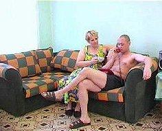 Fils ennuyé décide de se divertir avec le corps de la mère