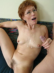 Un garçon blond lubrifie les cruches de sa maman avant d'allumer son trou de baise lisse
