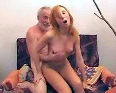 Fille et son père dans l'action inconditionnelle de sexe inceste