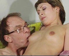 Adolescente apparemment décente laisse son père brancher son trou de baise avec sa tige