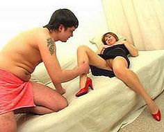 Maman rousse avec un strapon baisée en propre fille