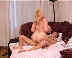 Mère blonde plantureuse séduit le fils adolescent dans la chambre