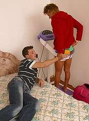 Une mère mince et sexy tente son fils adolescent pour la séduire