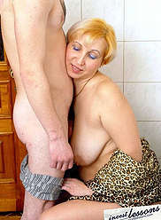 A mother pisses in the toilet and then does blowjob