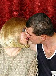 Un jeune fils baise sa mère blonde dans le cul