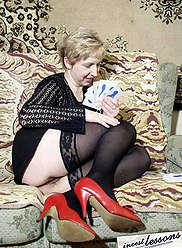 Un jeune fils baise la mère en bas après avoir joué aux cartes
