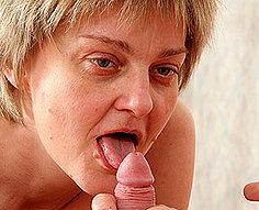 Sexy mère a séduit pour baiser par son propre fils
