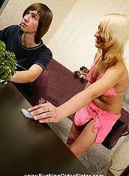 Tricky Vicky a quelque chose que son cadet cherche dans sa culotte