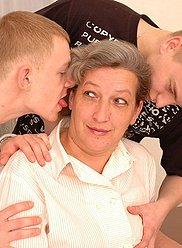 Mature maman appréciant les bites dures de son fils et de son ami
