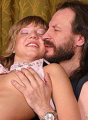 Adolescent blonde douce souffle son père et l'accueille à l'intérieur