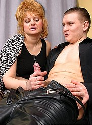 Maman sauvage en bas aime sentir son garçon profondément à l'intérieur