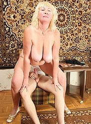 Horny vierge garçon est séduit et baisée par sa propre maman en surpoids méchant