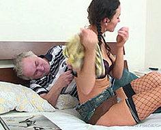Baiseur âgé séduit sa adorable fille adolescente en essayant anal claquement
