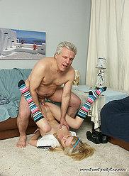 Adorable petite fille blonde montre à son père à quel point elle peut gérer la bite