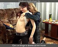 Deux soeurs en nylons se saouler et atteindre pour dildos