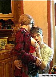 Un motard brune séduit son jeune fils à la cuisine