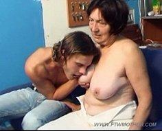Jeune jock et sa mère sexy en surpoids montrent ce qu'ils font au lit