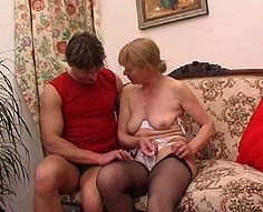 Horny mère suce la bite de son fils et se fait baiser dur