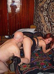 Le baiser de son père se transforme en une orgie sauvage avec sa fille
