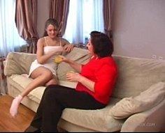 Eager maman montre à sa fille adolescente comment baiser avec de jeunes étalons accrochés