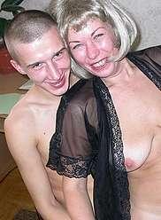 Une mère qui aime l'inceste séduit son fils chaud devant des cames