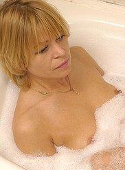 Shags blonde mature irrésistible avec son mari accroché dans le bain à remous